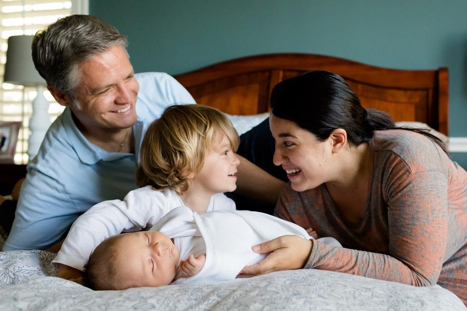 La familia es la base del desarrollo humano.